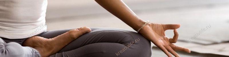 Женщина спокойна, медитирует, расслабляется