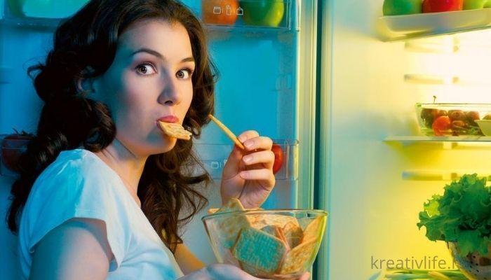 Девушка вечером перед холодильником