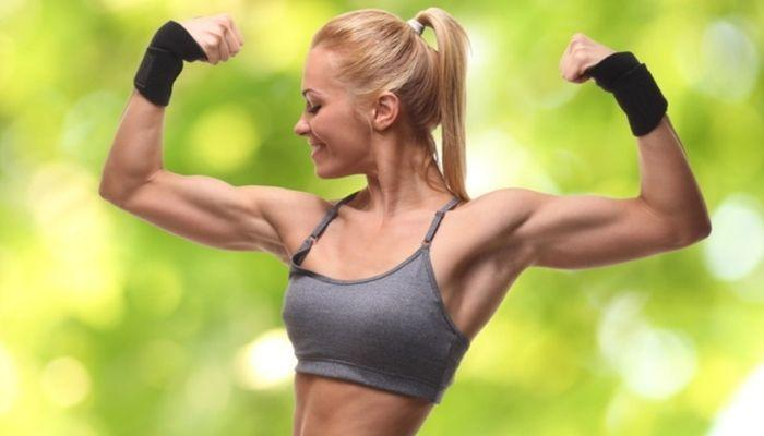 девушка с красивыми мышцами и накачанными руками