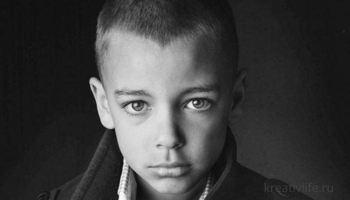 Портрет ребенка подростка черно-белое фото