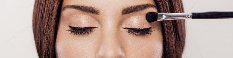 девушка делает макияж красит глаза