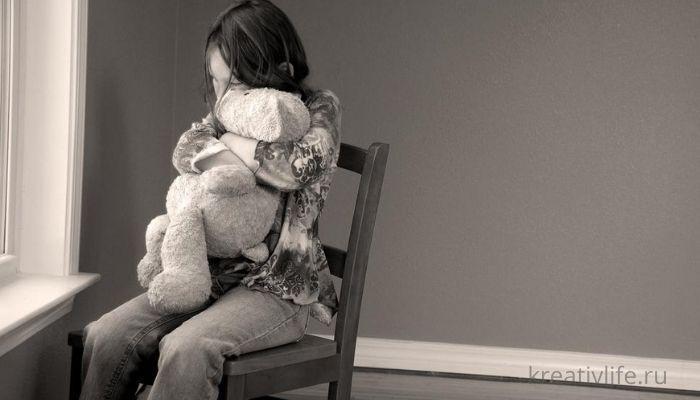 одинокий ребенок, девочки сидит с мягкой игрушкой