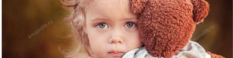 Девочка с игрушкой грустные глаза