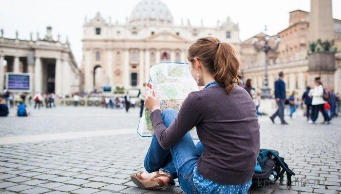 Девушка сидит задом на площади одна выбирает дорогу